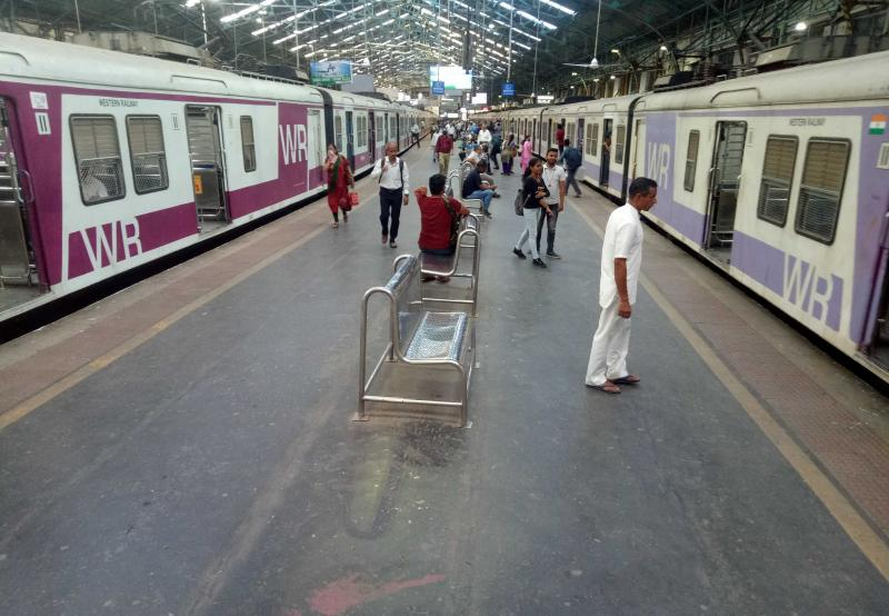 [MH] Maharashtra govt allows women to take Mumbai local trains from today without having to show QR codes [DETAILS]